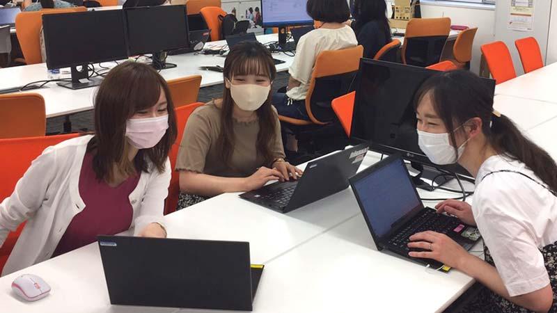 ワークアゲイン・プログラムの様子がわかるパソコンを操作する女性