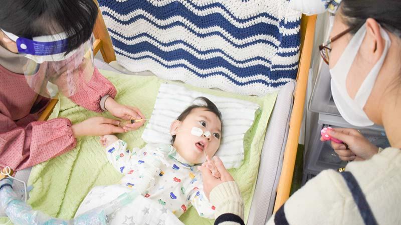 重度医ケア児訪問保育エレノアの象徴となる看護師と保護者とお子さん